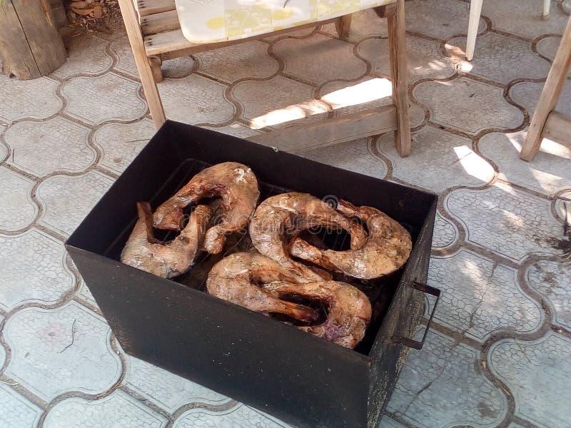 Pezzi di pesce affumicato nell'affumicatoio fotografia stock