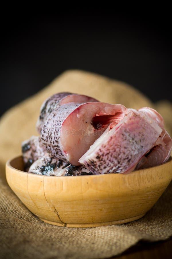 Pezzi di pesce crudo fresco del luccio in una ciotola immagini stock