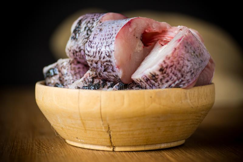 Pezzi di pesce crudo fresco del luccio in una ciotola fotografie stock