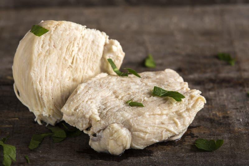 Pezzi di pollo bollito fotografie stock