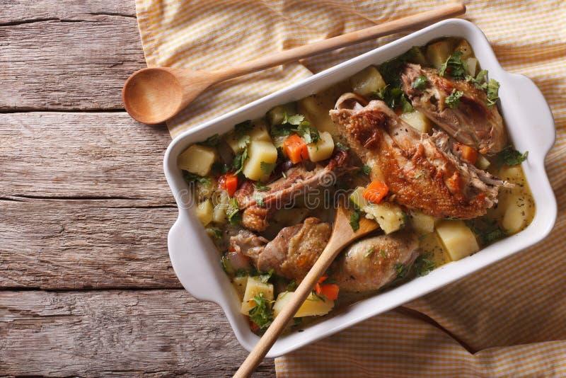 Pezzi di pollo stufati con le verdure vista superiore orizzontale fotografia stock libera da diritti