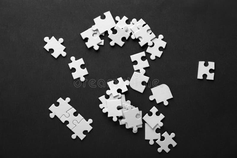 Pezzi di puzzle sul fondo di colore fotografia stock libera da diritti