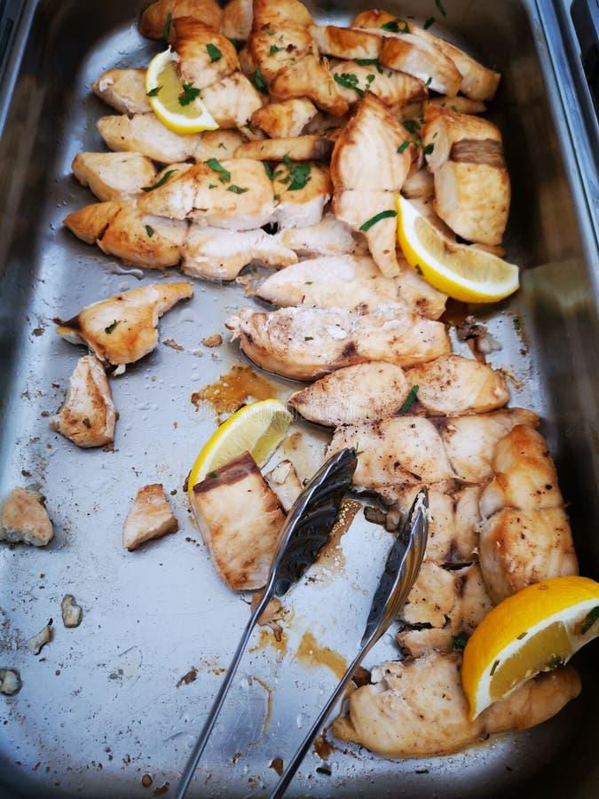 Pezzi di raccordo arrostito della carpa con il limone immagine stock libera da diritti