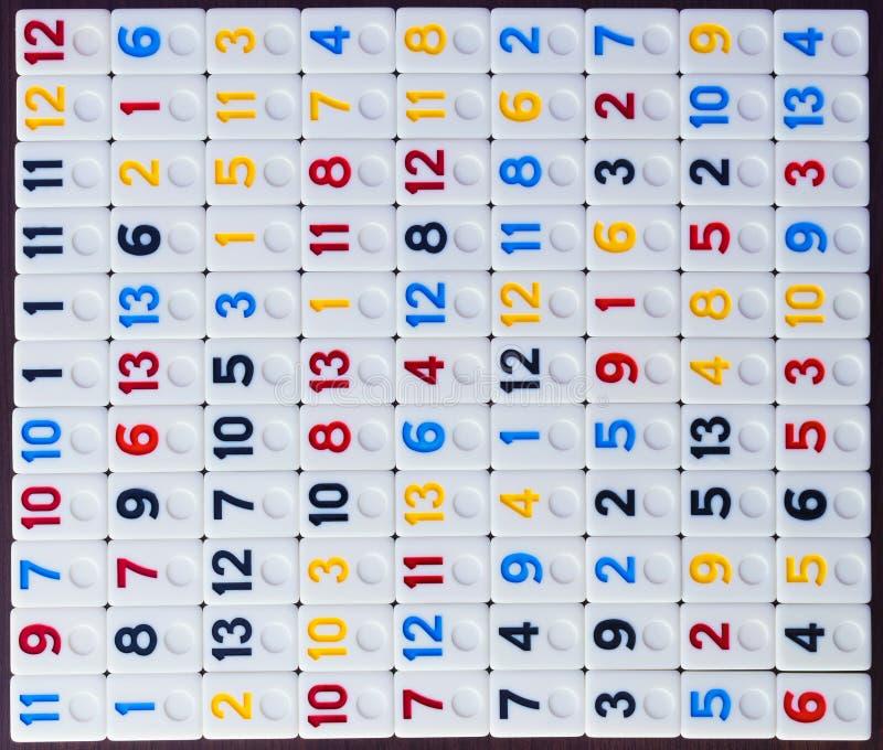 pezzi di ramino disposti nell'ordine sulla tavola immagine stock