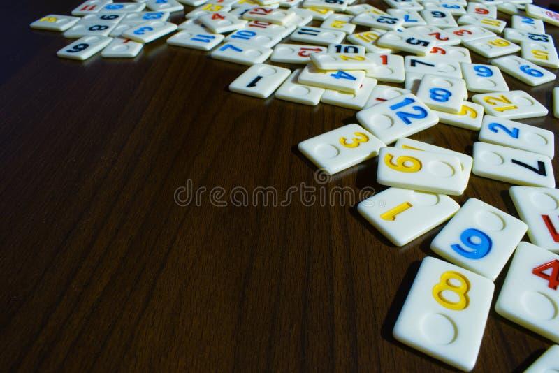 pezzi di ramino disposti nell'ordine sulla tavola immagini stock
