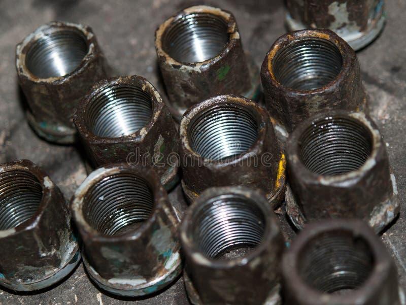 Pezzi di ricambio anziani - dadi per le ruote del trattore immagini stock