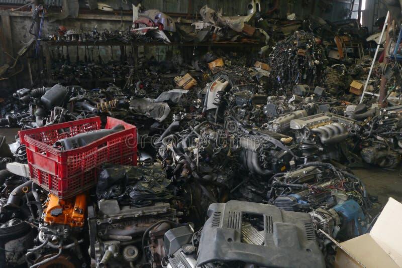 Pezzi di ricambio di auto usata e del vecchio motore fotografie stock libere da diritti