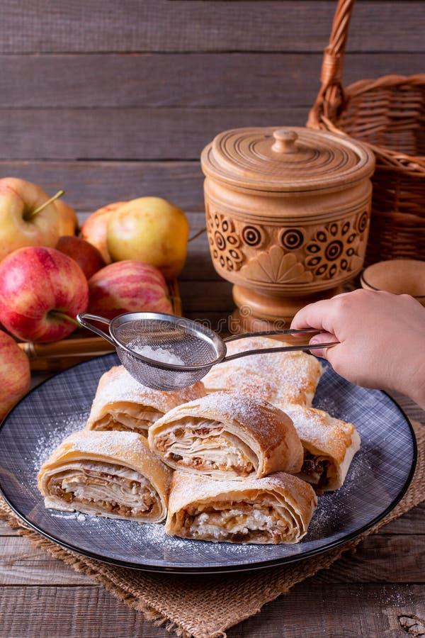 Pezzi di strudel casalingo della mela con zucchero in polvere fotografia stock libera da diritti
