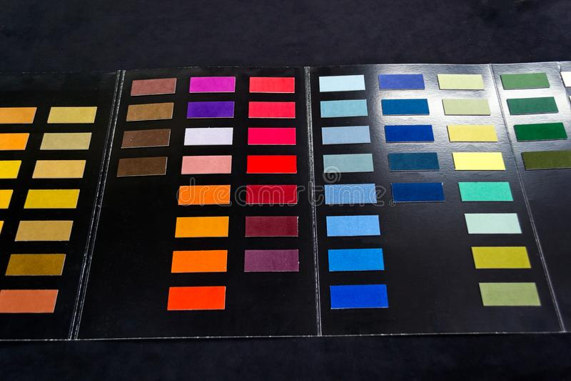 Pezzi di tessuto di tessuto molle dei colori differenti incollato alla c fotografia stock libera da diritti