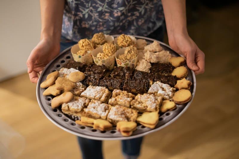 Pezzi differenti di dolce e di biscotti sul piatto di cena fotografie stock libere da diritti