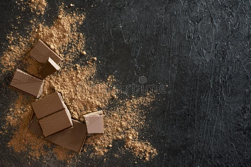 Pezzi e cacao in polvere del cioccolato fotografia stock