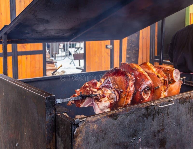 Pezzi enormi di carne suina arrostiti sul legno sulla via di Praga fotografia stock libera da diritti