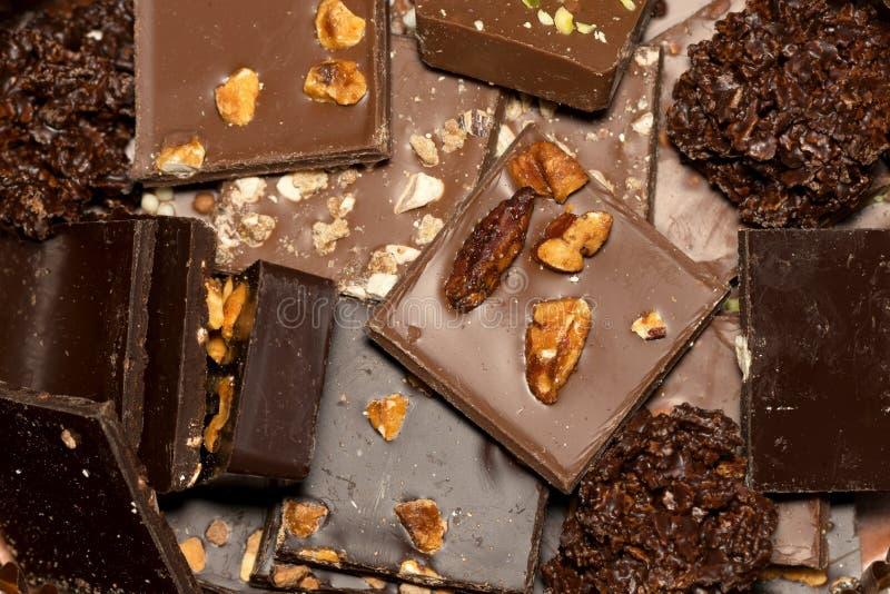 Pezzi fatti a mano quadrati di cioccolato fotografia stock