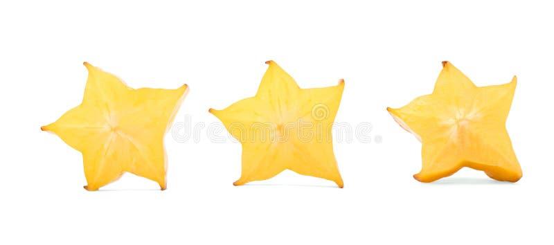 Pezzi a forma di stella per i cocktail di estate Frutta decorativa della carambola del taglio, isolata su un fondo bianco Carambo immagini stock