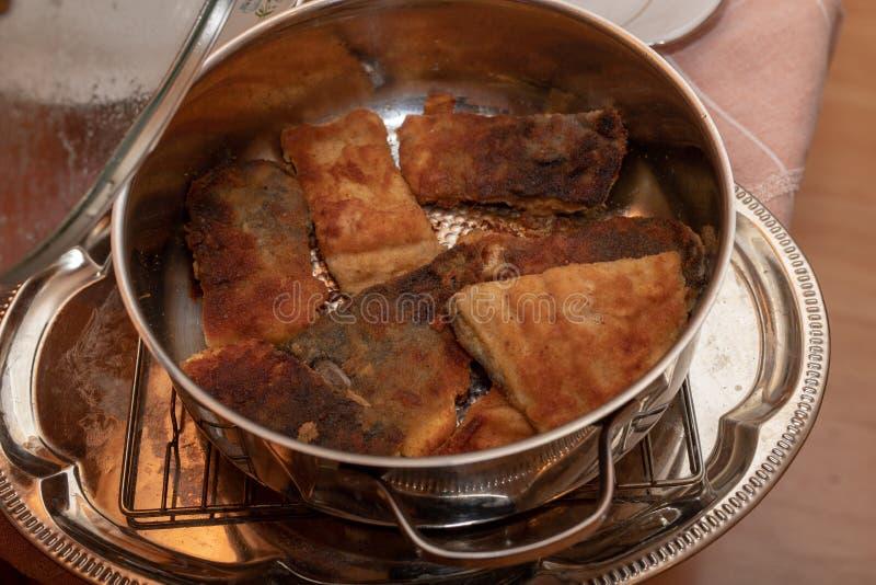 Pezzi fritti saporiti di pesce della carpa in un vaso del metallo Piatti per le feste fotografia stock libera da diritti