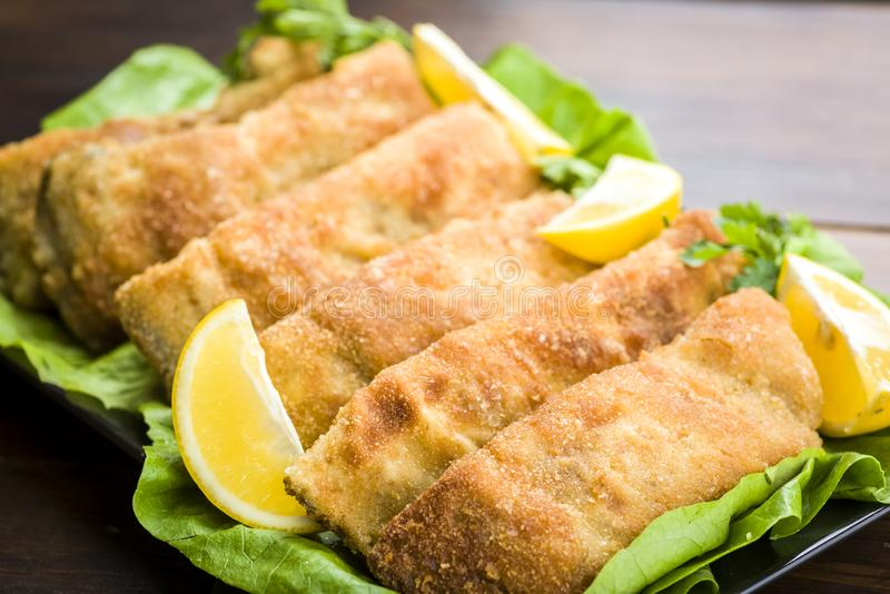 Pezzi meravigliosamente fritti di carpa fotografie stock libere da diritti