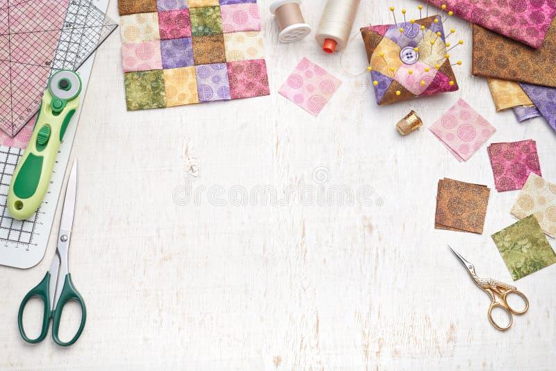 Pezzi quadrati luminosi di tessuto, strumenti della rappezzatura, attrezzatura di cucito, stoffa per trapunte tradizionale immagini stock libere da diritti