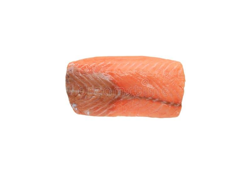 Pezzo crudo di salmone affettato isolato sopra fondo bianco immagini stock libere da diritti