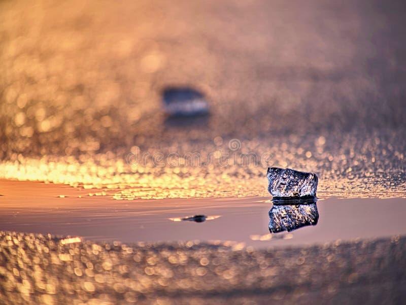 Pezzo del ghiaccio in foto del fuoco selettivo Dettagli la vista negli spacchi profondi e nelle bolle congelate fotografie stock libere da diritti