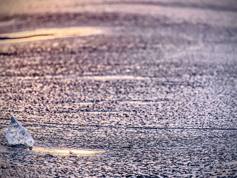 Pezzo del ghiaccio in foto del fuoco selettivo Dettagli la vista negli spacchi profondi e nelle bolle congelate fotografie stock