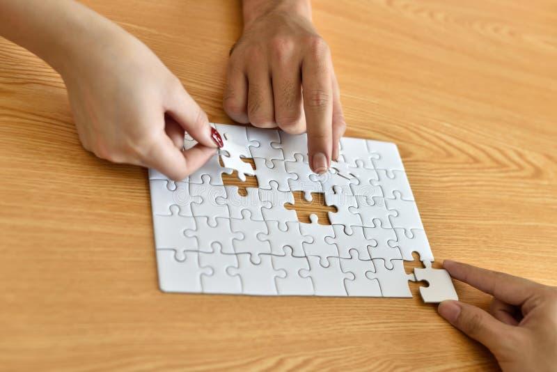 Pezzo del puzzle Infine trovare soluzione fotografia stock libera da diritti