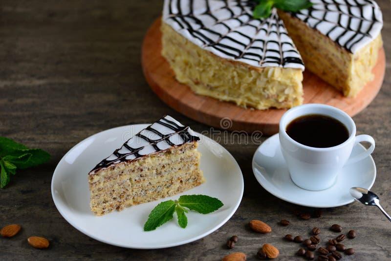 Pezzo delizioso di torte esterhazy del dolce Caffè espresso di mattina con il dessert Fondo con uno spazio della copia fotografia stock