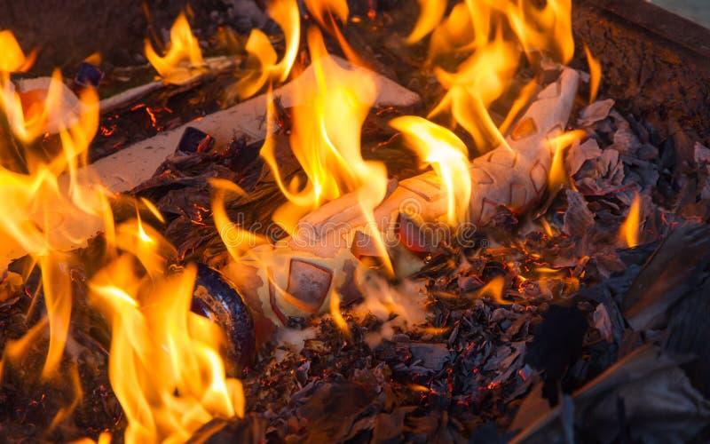 Pezzo della ceramica di Raku nel fuoco fotografia stock libera da diritti