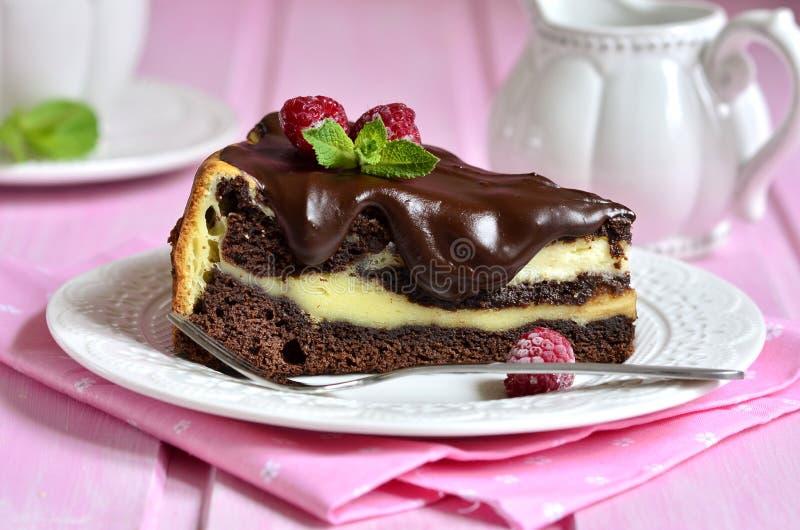 Pezzo di brownie del cioccolato con il mascarpone fotografie stock