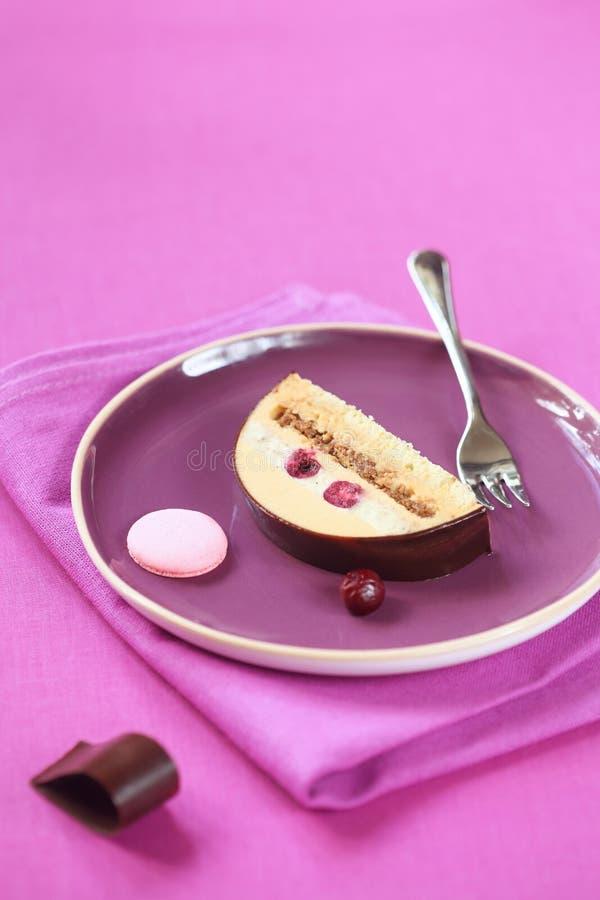 Pezzo di caramello, di ciliegia e di Praline Yule Log Cake immagini stock libere da diritti