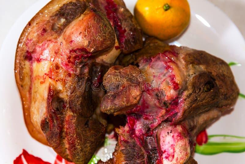 Pezzo di carne appetitoso con le spezie su un piatto immagine stock