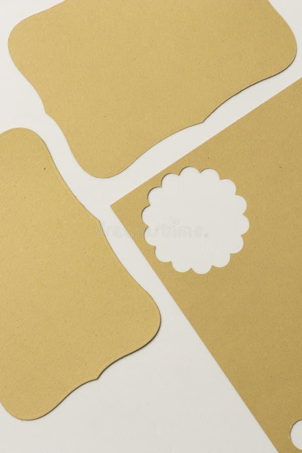 Pezzo di carta per l'album per ritagli nel giallo con la figura potata del fiore fotografia stock