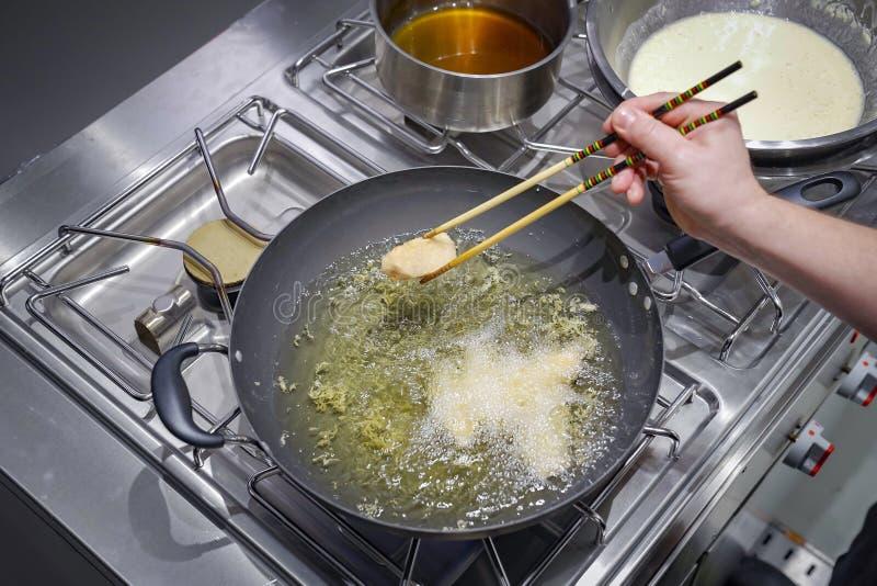 Pezzo di color salmone fritto nella coppa dell'olio immagine stock libera da diritti