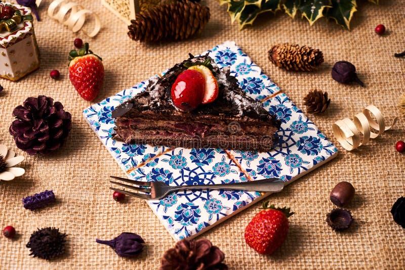 Pezzo di dolce di cioccolato casalingo di Natale fotografia stock
