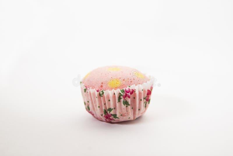 1 pezzo di dolce della tazza del pois su fondo isolato immagine stock
