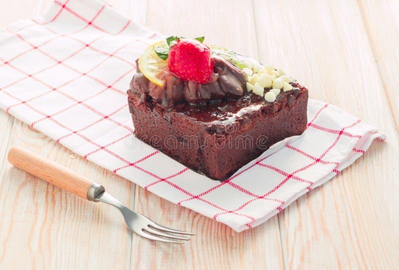 Pezzo di dolce di cioccolato con glassa e la bacca fresca immagini stock libere da diritti