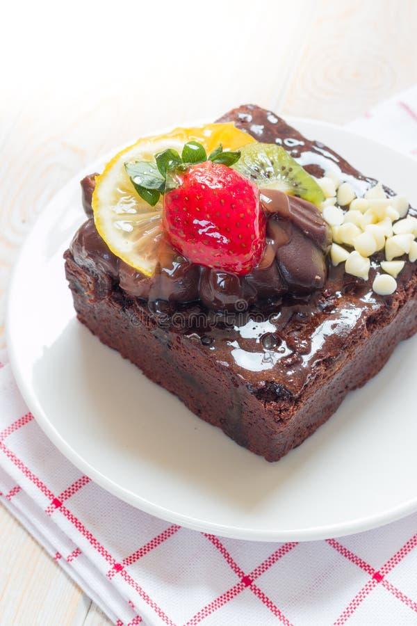 Pezzo di dolce di cioccolato con glassa e la bacca fresca fotografia stock libera da diritti