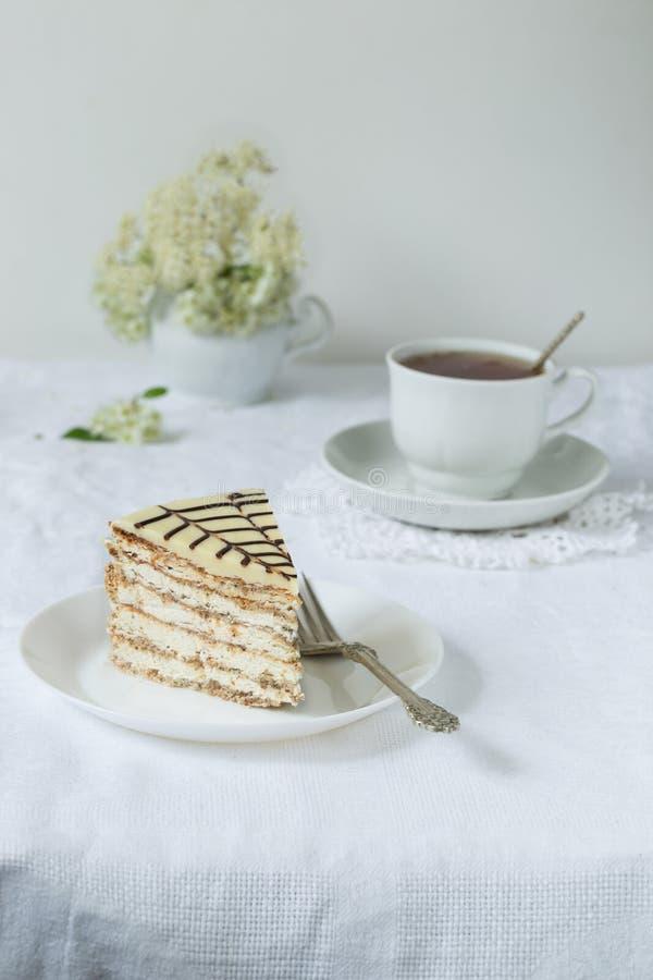 Pezzo di dolce esterhazy del torte con tè fotografie stock