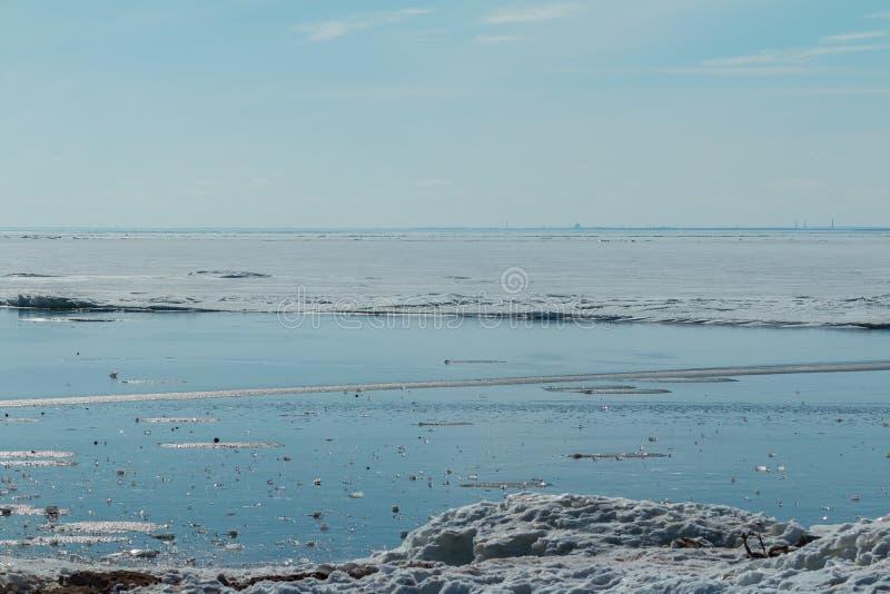 Pezzo di ghiaccio trasparente con la struttura molto piacevole che si trova il mare congelato ed il giorno soleggiato Fuoco selet fotografia stock