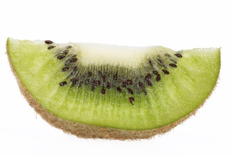 Pezzo di kiwi verde isolato su fondo bianco immagine stock