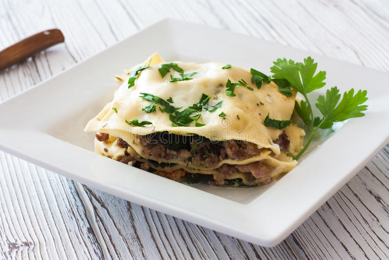 Pezzo di lasagne al forno dell'italiano del homamade fotografie stock