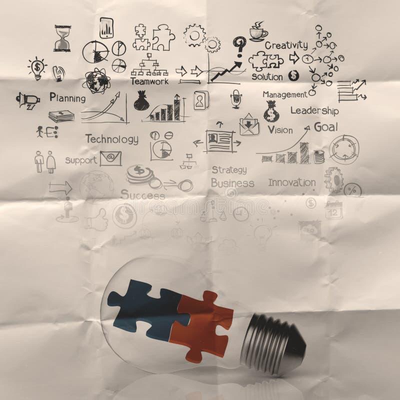 Pezzo di puzzle e della lampadina come idee fotografia stock libera da diritti