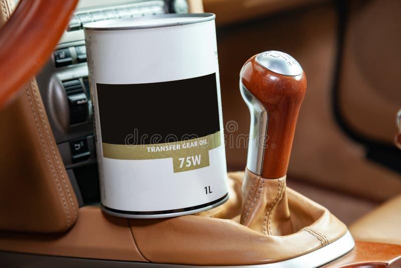 Pezzo di ricambio della latta dell'olio dell'automobile per la trasmissione nell'interno con lo spostamento della trasmissione ma fotografie stock