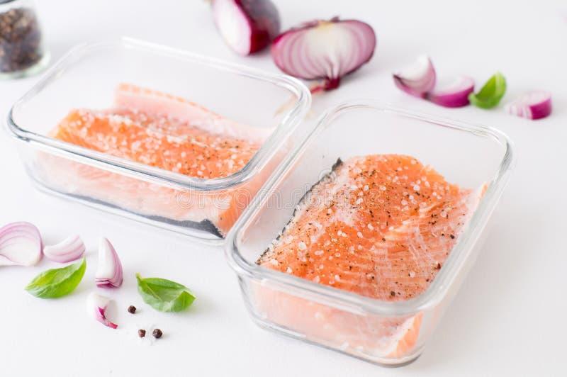 Pezzo di salmone marinato in un contenitore di vetro fotografia stock