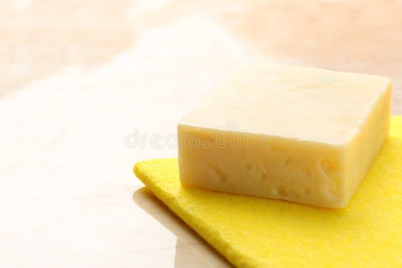Pezzo di sapone e spolveratore immagine stock