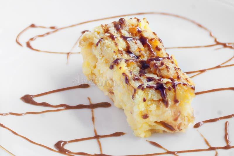 Pezzo di torta di mele con cioccolato fotografie stock libere da diritti