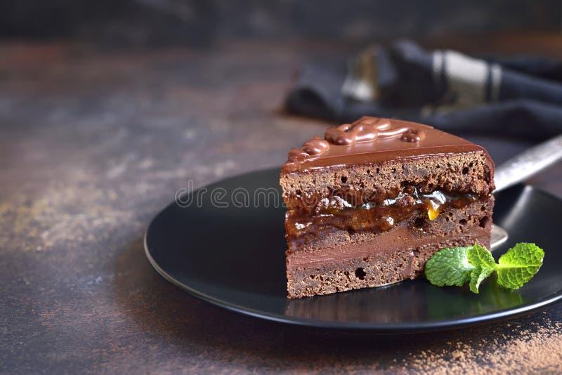 Pezzo di torte di Sacher del cioccolato su una banda nera fotografie stock libere da diritti