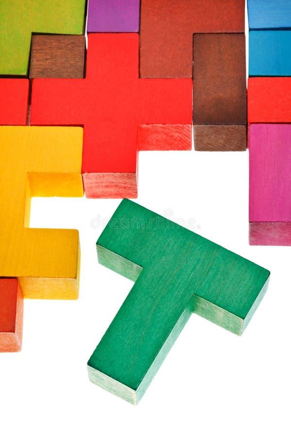 pezzo a forma di t nel puzzle multicoloured di legno fotografie stock libere da diritti