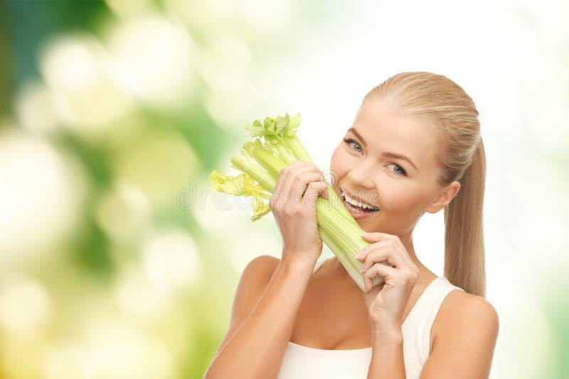 Pezzo mordace della donna di sedano o di insalata verde fotografie stock