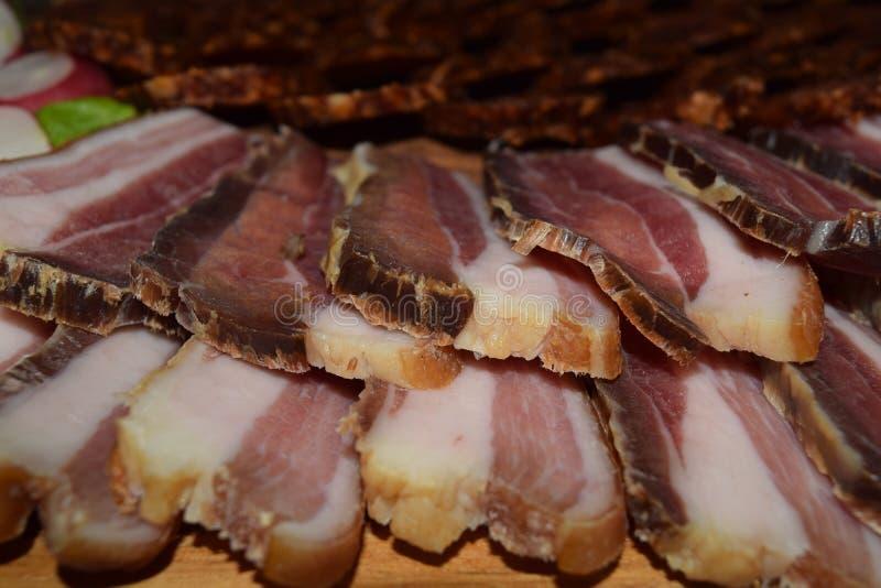 Pezzo organico locale di concetto dell'alimento di bacon o di prosciutto di pama sul bordo di legno fotografie stock