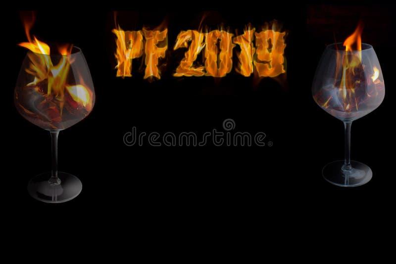 PF 2019 avec deux verres dans un feu - nouvelle année photographie stock libre de droits